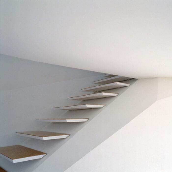 Aqui, a escada flutuante parece desaparecer no teto