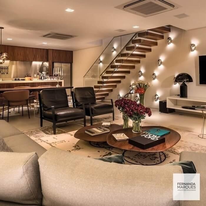Arandelas na parede e escada flutuante de madeira