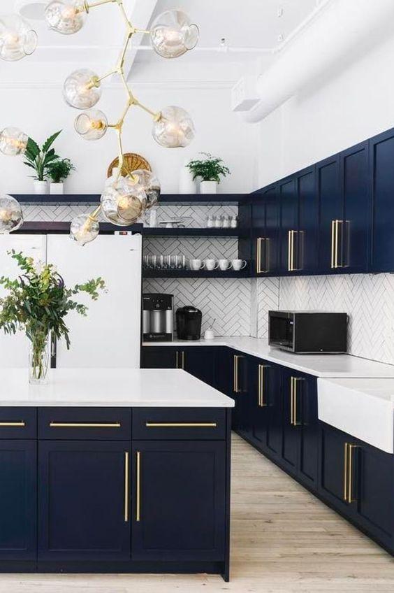 Armário de canto para cozinha azul marinho com balcão branco