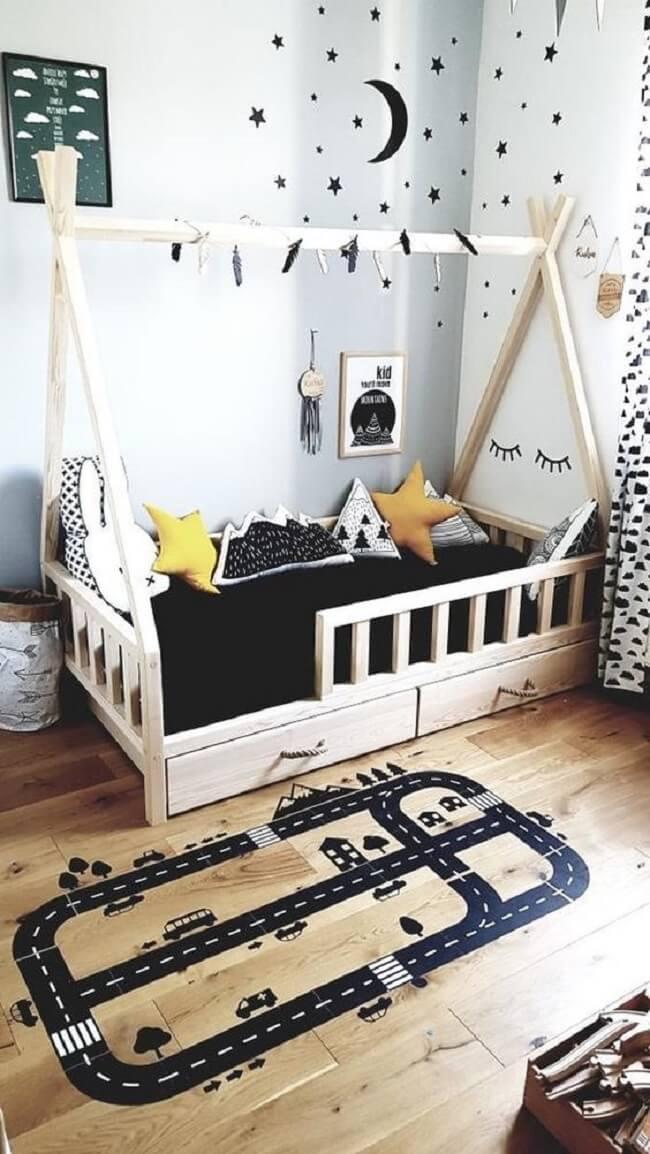 As almofadas estampadas trazem um toque especial para o quarto montessoriano