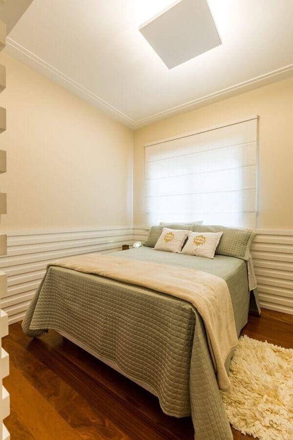 As cortinas persianas romanas para quarto de casal podem ser instaladas atrás da cabeceira da cama