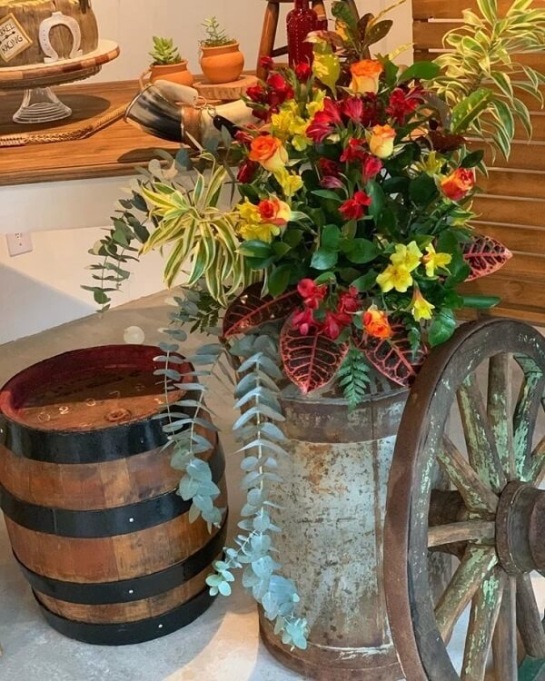 The natural and artificial flowers can not be missing in the decoration of farmhouse party