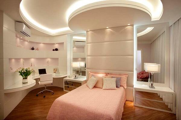 As linhas curvas do teto de gesso se harmonizam com a decoração e desenho do quarto
