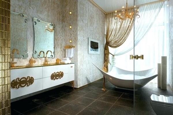 Banheiro com decoração em branco e dourado transmite elegância ao ambiente