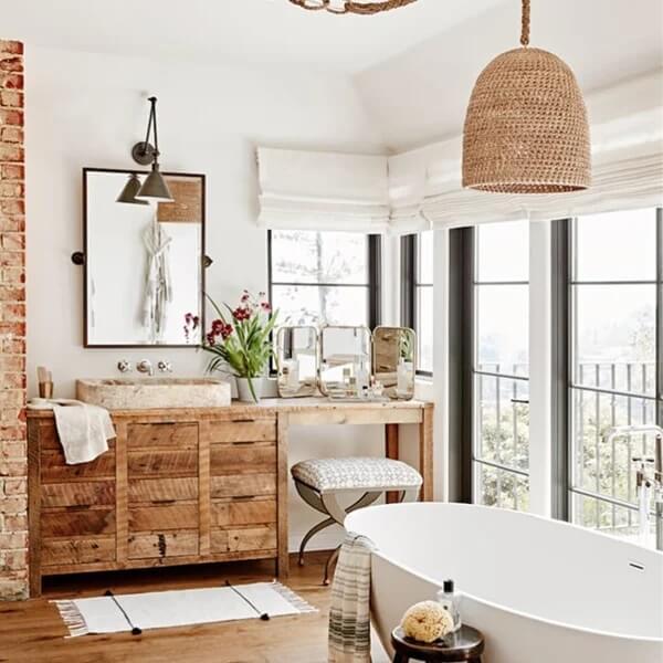 Banheiro rústico com persiana branca. Fonte: Popsugar