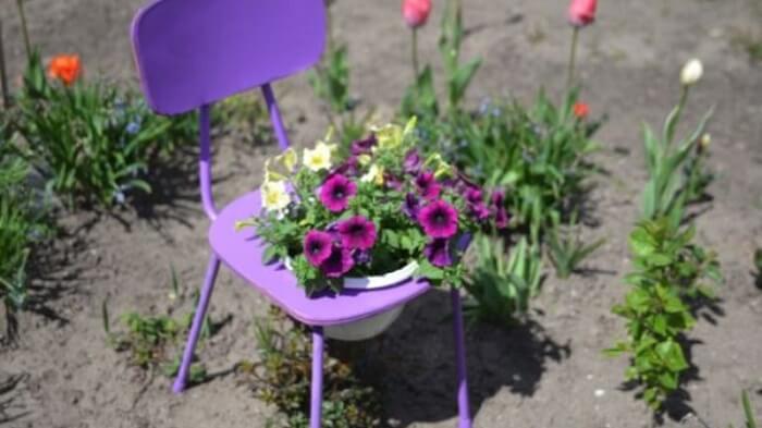 Cadeira com decoração de petúnia