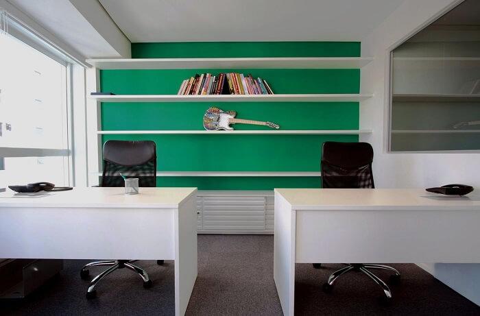 Cadeira para escritório feita em tela preta