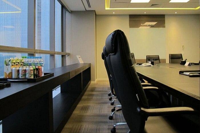 Cadeira para escritório do tipo diretoria em uma sala de reunião