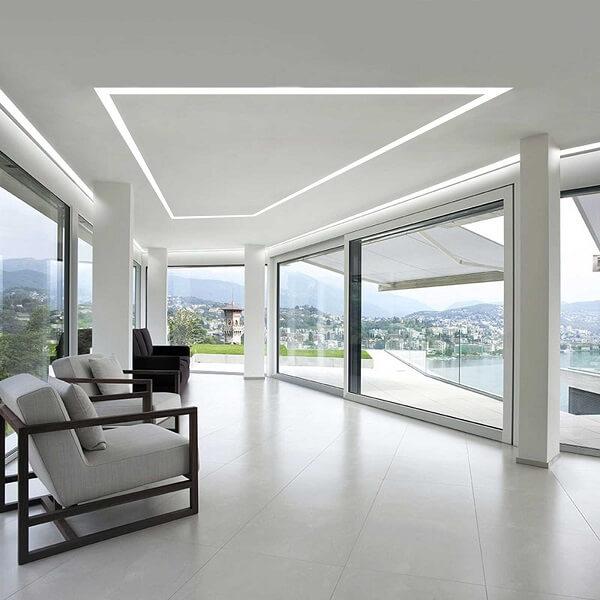 Casa com vista para cidade e teto decorado com gesso encanta a decoração da casa