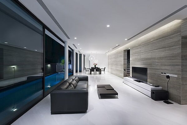 Casa moderna, ampla e clean com teto de gesso e iluminação embutida