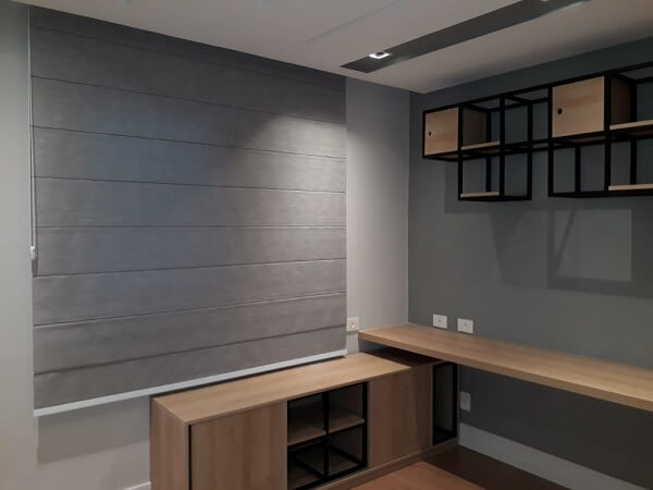 Cortina persiana romana cinza complementa a decoração do quarto