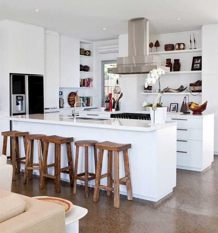 Cozinha americana branca com geladeira branca