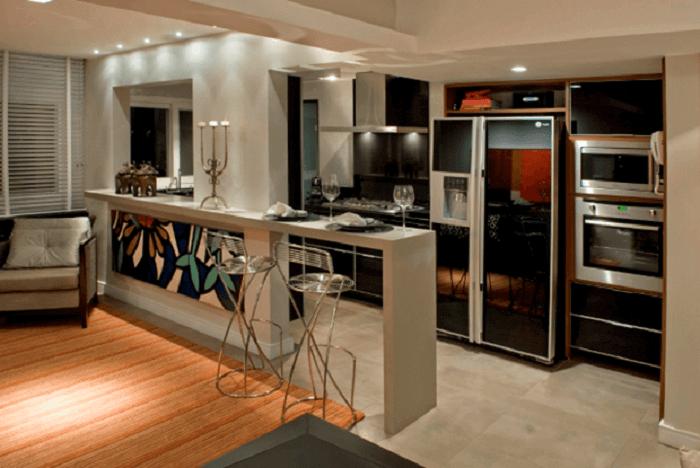 Cozinha americana com geladeira preta espelhada embutida