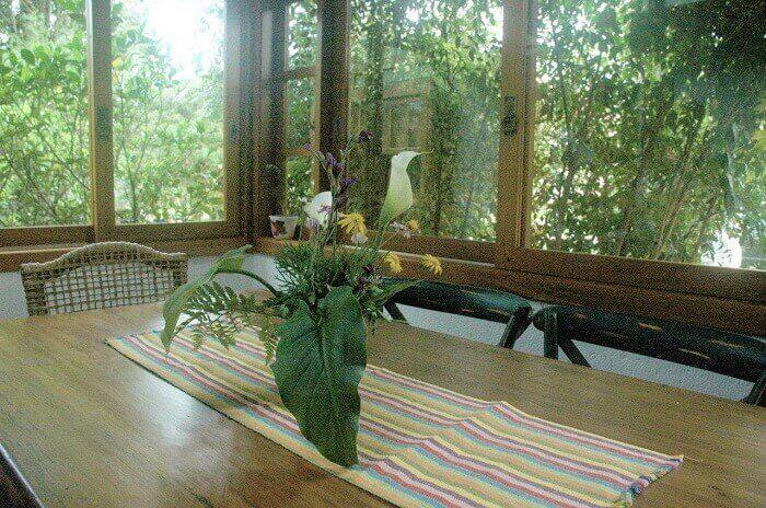 Cozinha com mesa retangular de madeira