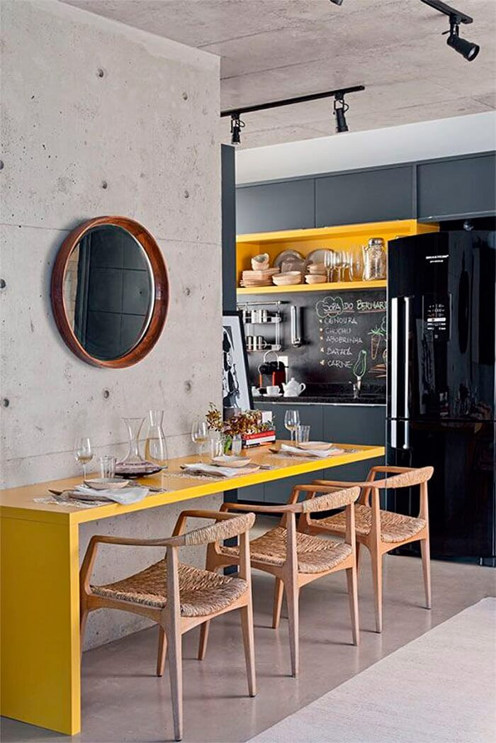 Cozinha moderna amarela com geladeira preta