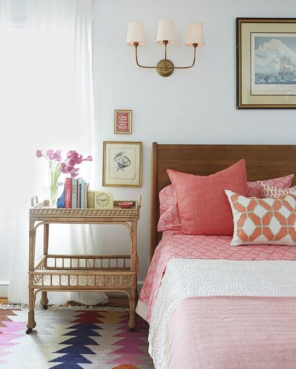 Criado mudo na cor dourado traz sofisticação para a decoração do quarto de casal