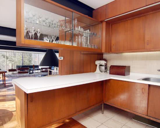 Cristaleira de parede no armário de canto para cozinha