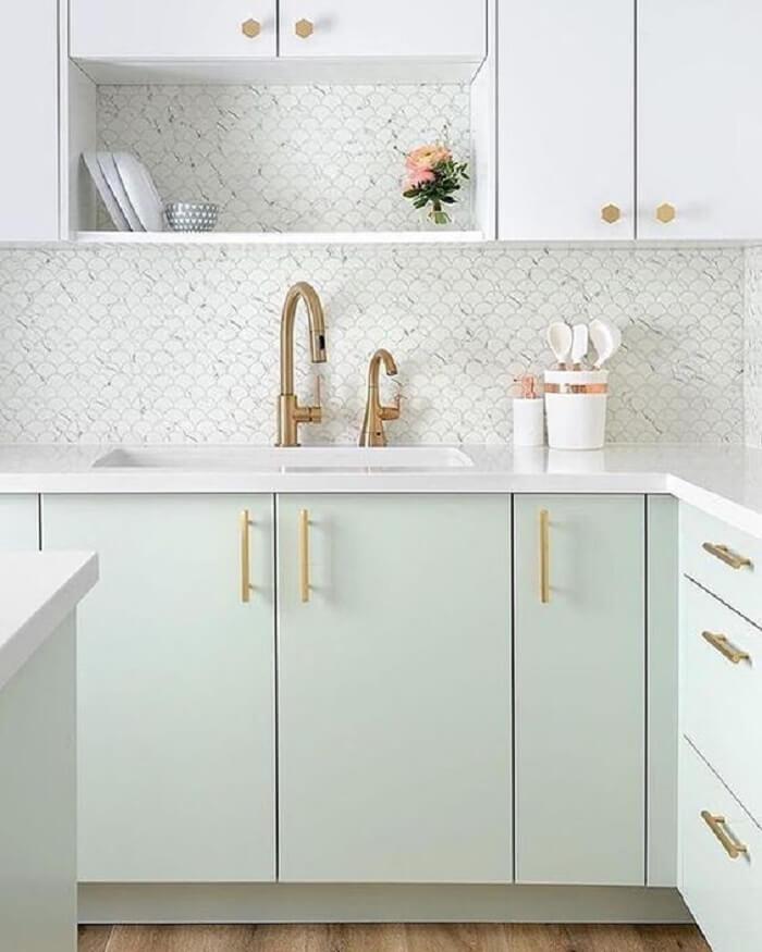 Decoração clássica com pia de cozinha branca e torneira dourada. Fonte: Revista Viva Decora