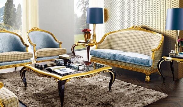 Decoração clássica contempla a presente de móveis com acabamento em dourado
