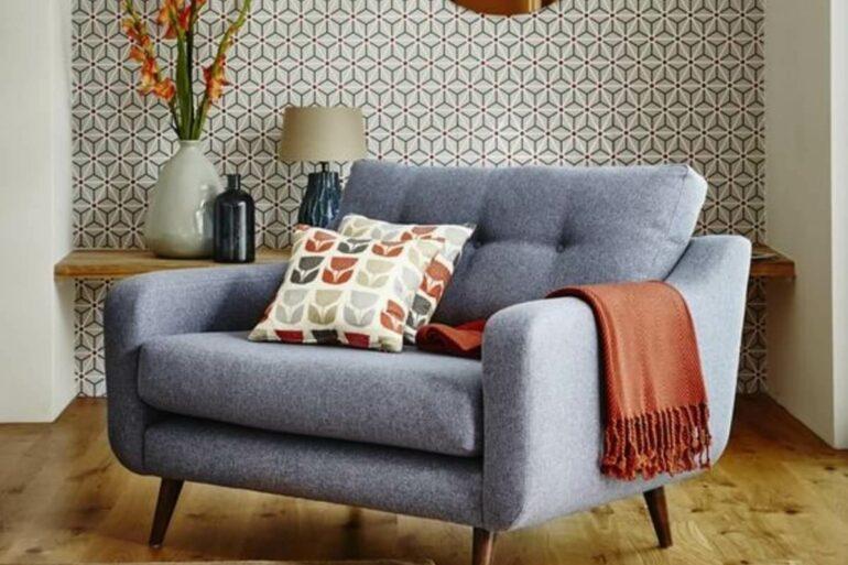 Decoração clean com poltrona namoradeira e espelho redondo cobre. Fonte: Home Design Interior