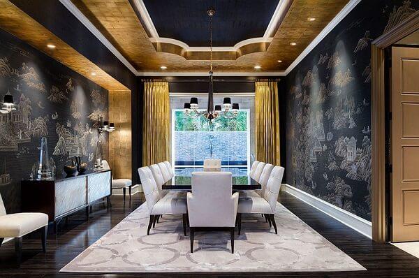Decoração com dourado e preto encantam o ambiente da sala de jantar