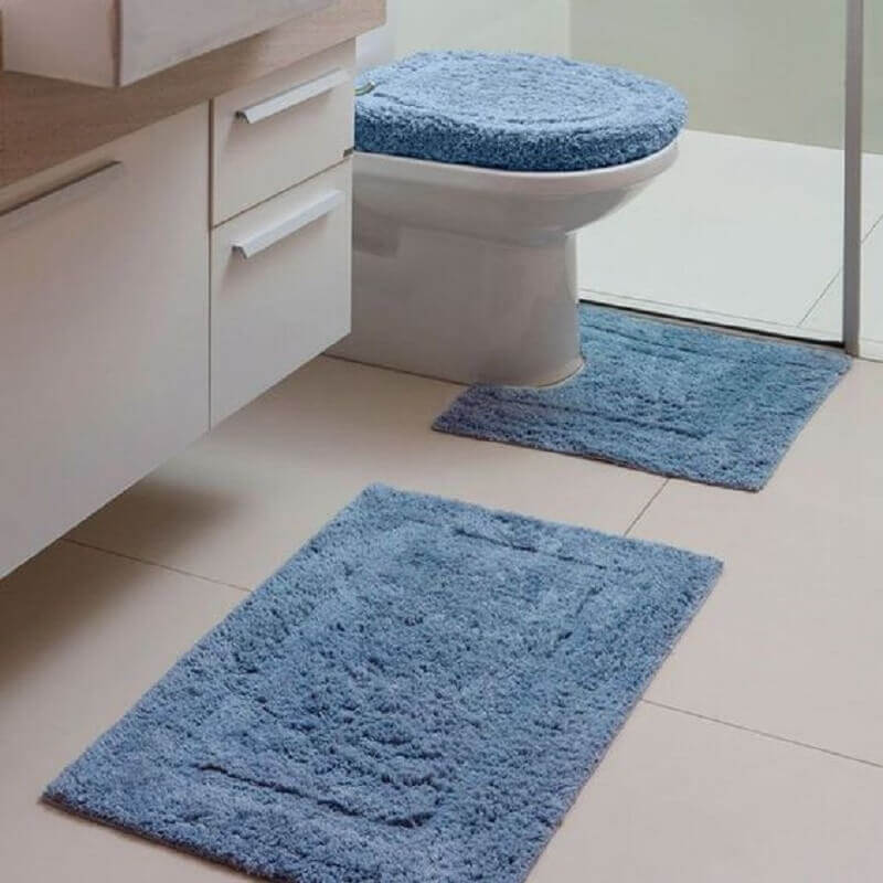 Decoração com tapete azul claro para banheiro branco Foto Pinterest