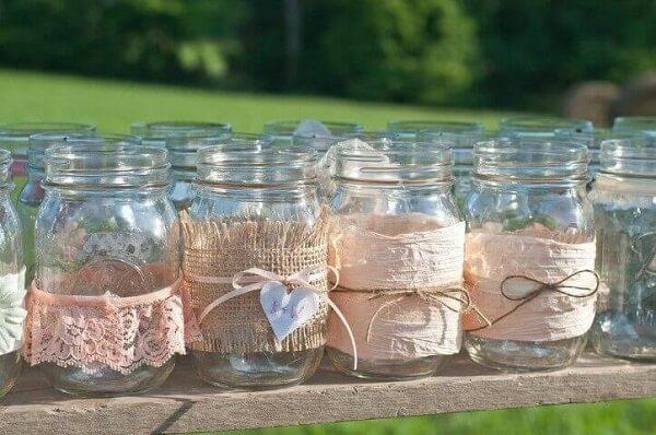 Decoração de aniversário simples com potes de vidro decorados