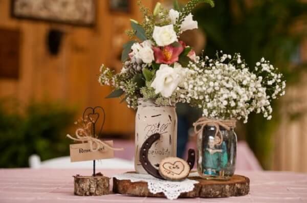 Decoração de centro de mesa com vidros decorados