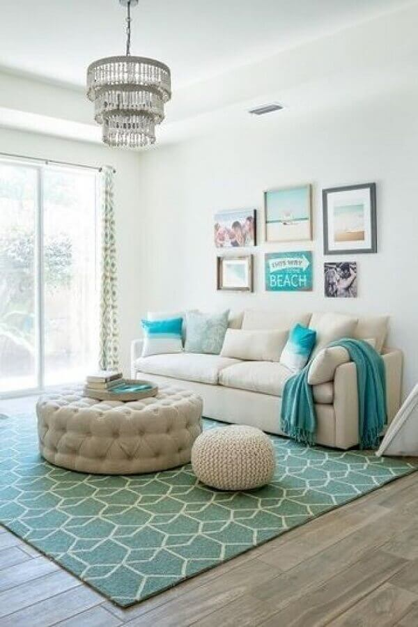 Decoração de sala branca com tapete azul turquesa Foto Arkpad