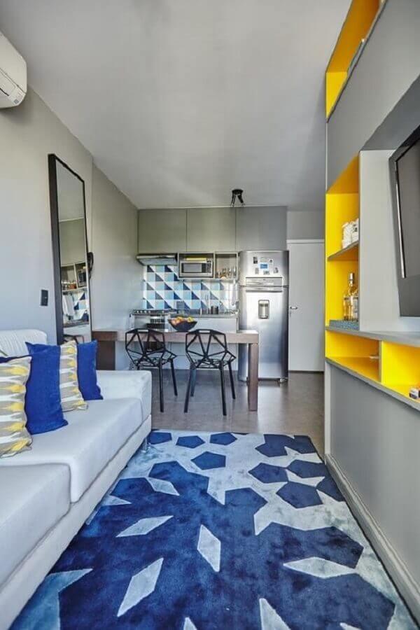 Decoração de sala pequena com tapete azul estampado Foto Pinterest