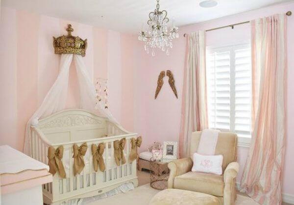 Decoração em rosa e dourado para quarto de bebê