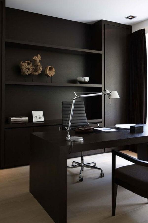 Decoração minimalista com escrivaninha preta e luminária de mesa