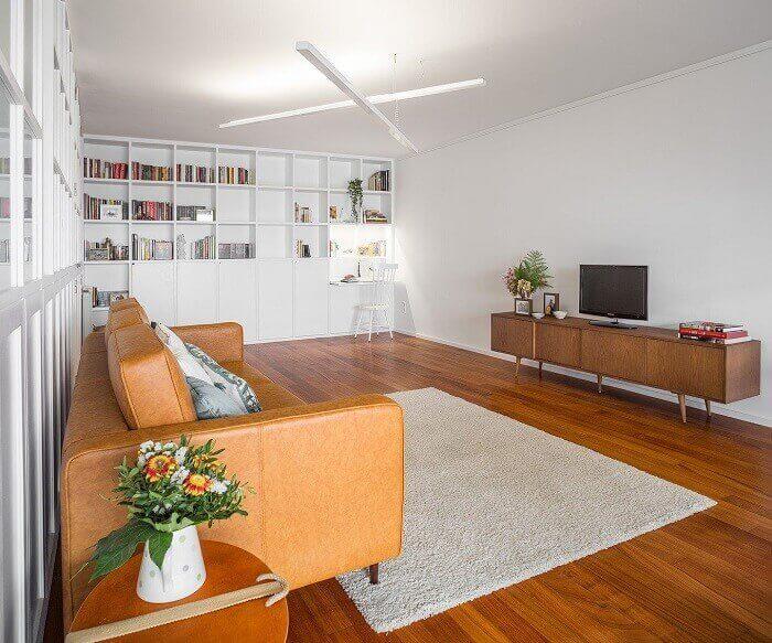 Decoração simples com a presença de poucos móveis amplia o tamanho do cômodo