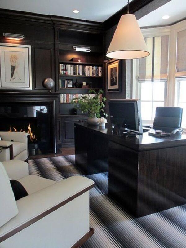 Decoração sofisticada com escrivaninha preta e cadeira de couro