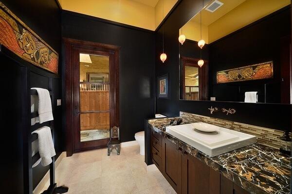 Decoração vintage do banheiro trouxe tons de dourado e preto
