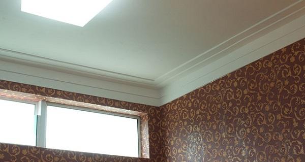 Ela tem dois frisos e é colada no teto e na parede. Na maioria das vezes o friso maior é colado na parede e o menor no teto