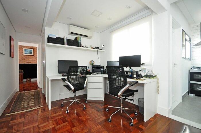 Em mesas com formato em L opte por modelos de cadeira para escritório que sejam giratórias e com rodízios