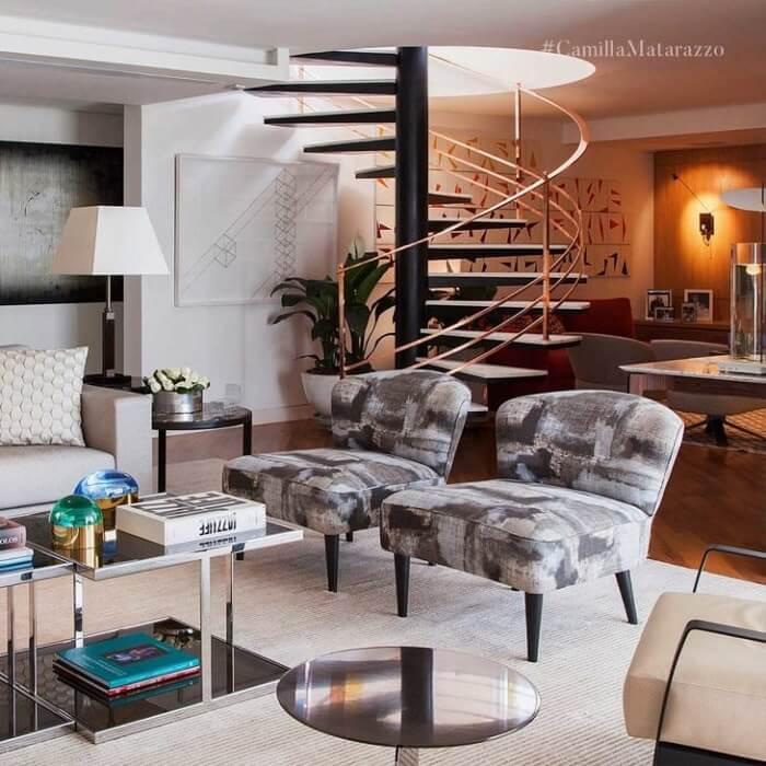 Escada flutuante com design circular no centro da sala de estar