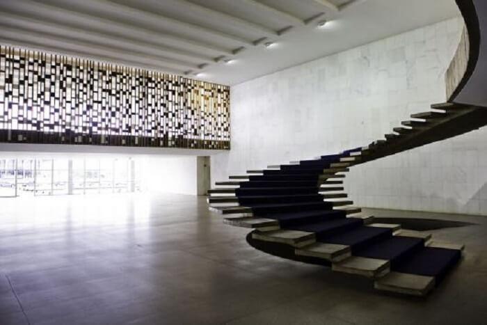 Escada flutuante com design circular