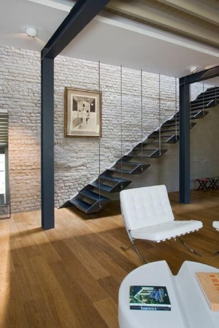 Escada flutuante com estrutura de ferro