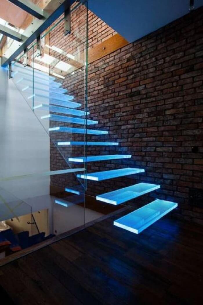 Escada flutuante com lateral de vidro temperado