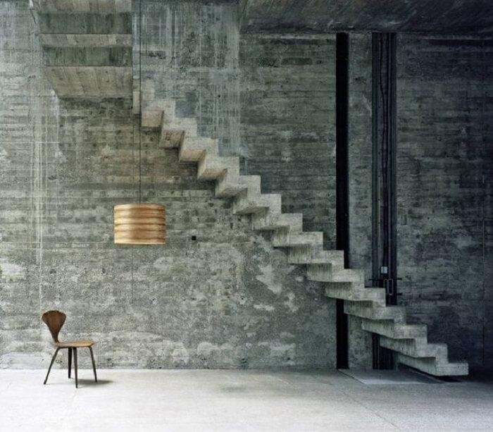 Escada flutuante de concreto fixada a uma parede de concreto