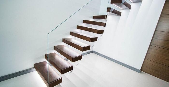 Escada flutuante de madeira com lateral de vidro temperado