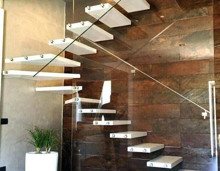 Escada flutuante de madeira com lateral feita de vidro temperado