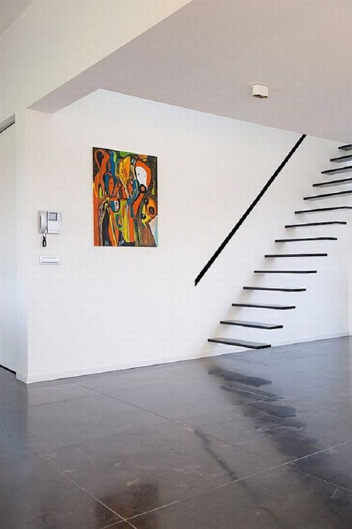 Escada flutuante de madeira seguindo o estilo minimalista