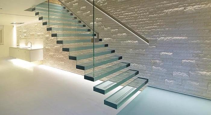 Escada flutuante de vidro e corrimão metálico