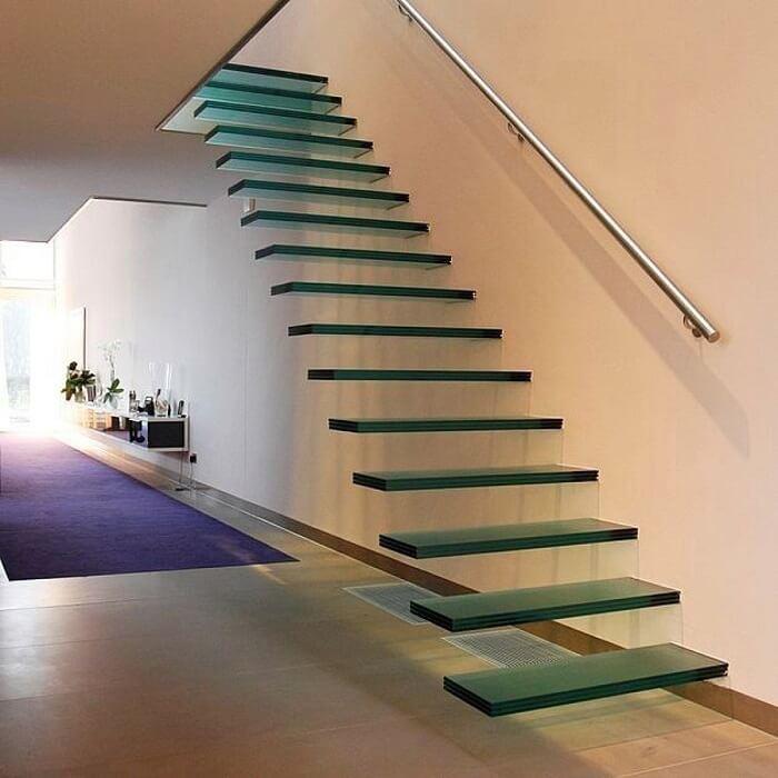 Escada flutuante feita em vidro