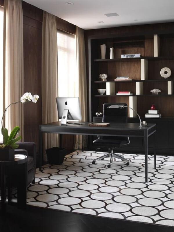 Escritório com escrivaninha preta, prateleiras com nichos e cortinas neutras