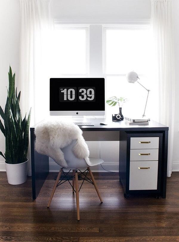 Escrivaninha preta com gavetas na cor branca e alça dourada