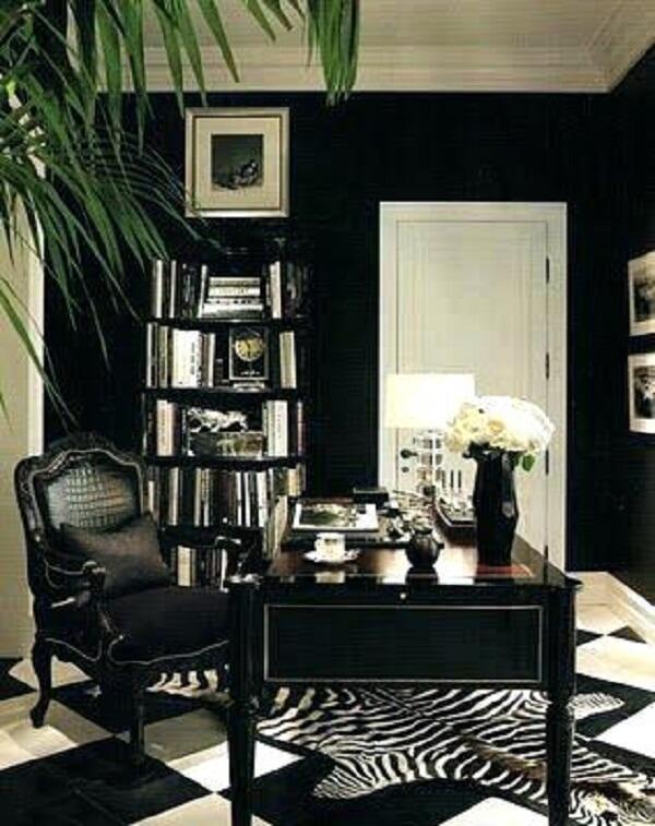 Escrivaninha preta com design clássico